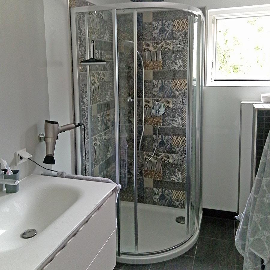 Dekorfliesenliesen in der Dusche