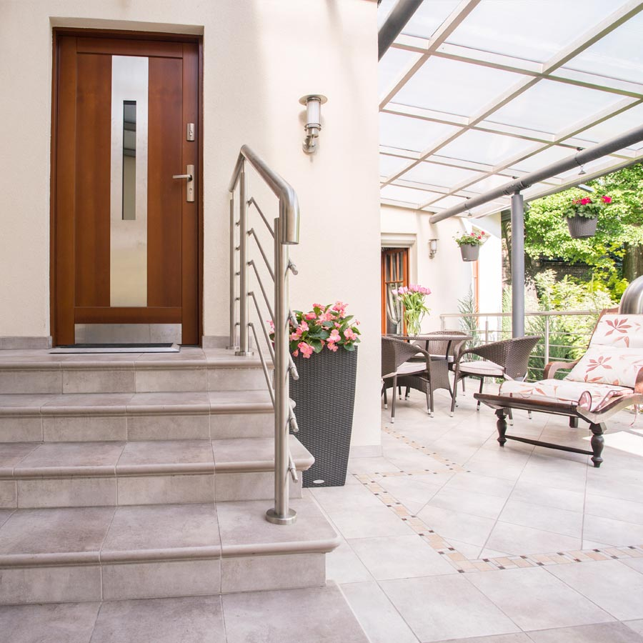 Natursteinpatten auf Terrasse und Außenstiege